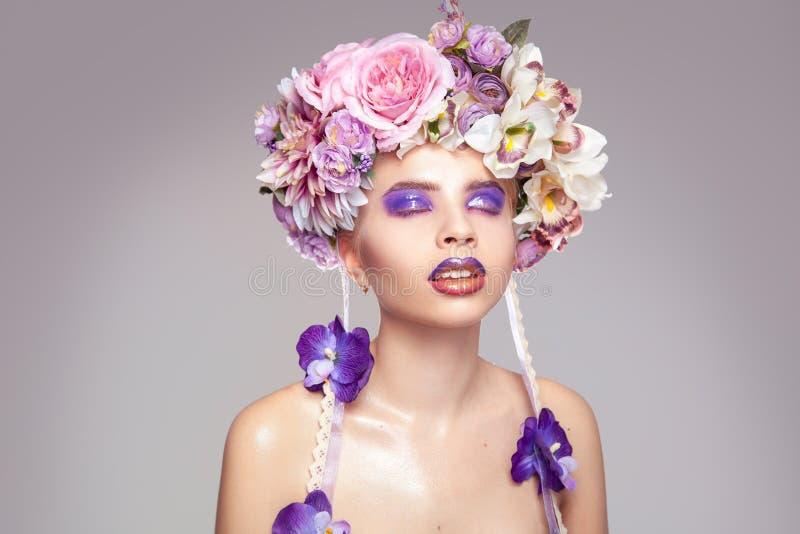 Menina sensual com a grinalda na cabeça e na composição em tons roxos imagem de stock royalty free