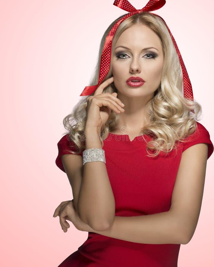 Menina sensual decorada como o presente de Natal fotografia de stock royalty free