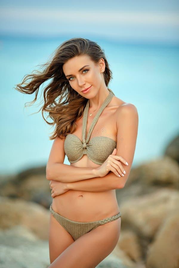 Menina sensual, delgada e bronzeada, 'sexy' muito bonita em um bikin foto de stock royalty free