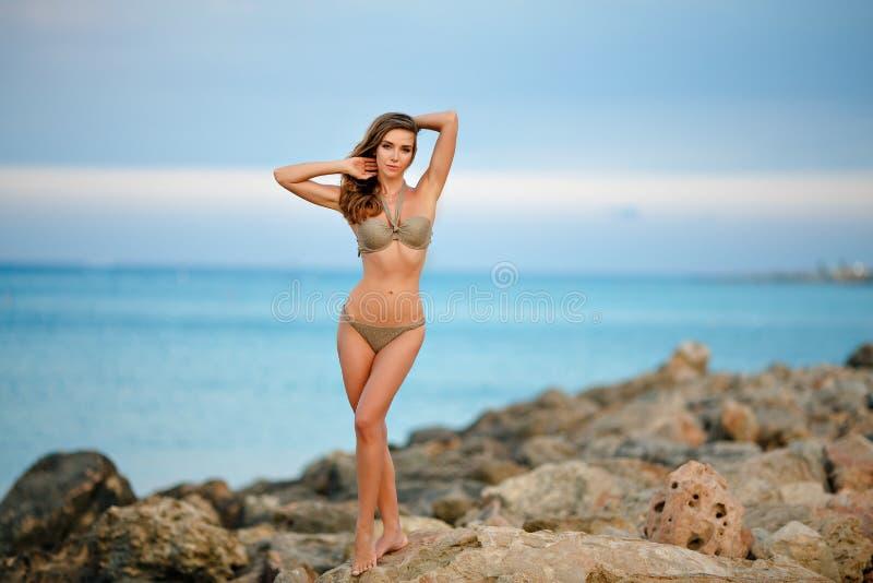 Menina sensual, delgada e bronzeada, 'sexy' muito bonita em um bikin foto de stock