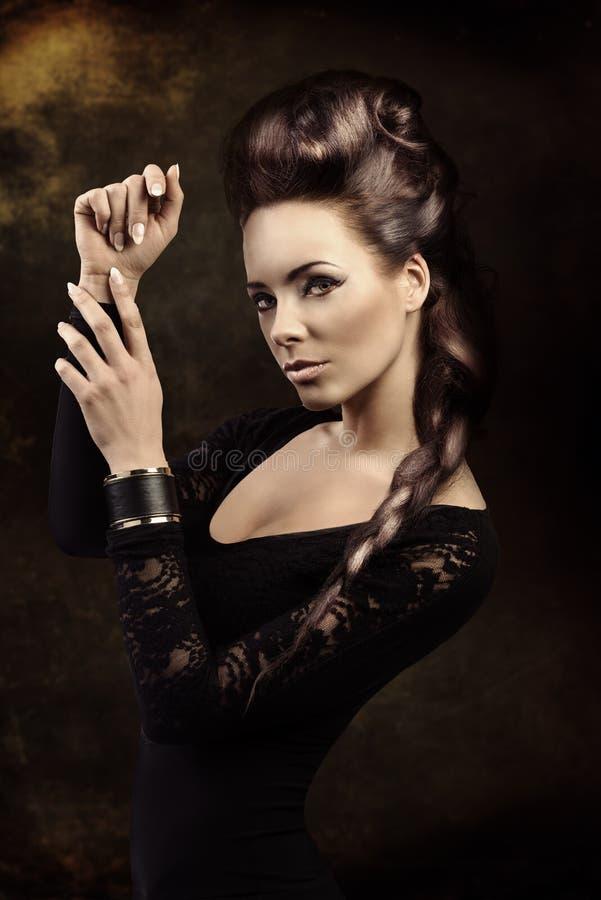 Menina sensual escura da fôrma com penteado criativo fotos de stock royalty free