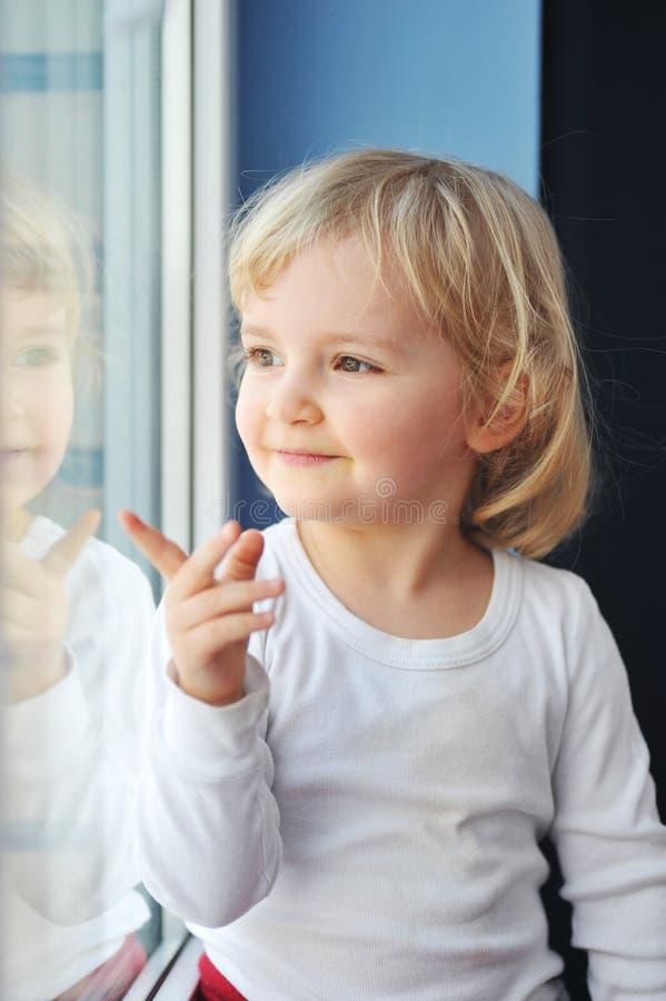 A menina senta-se no indicador fotos de stock