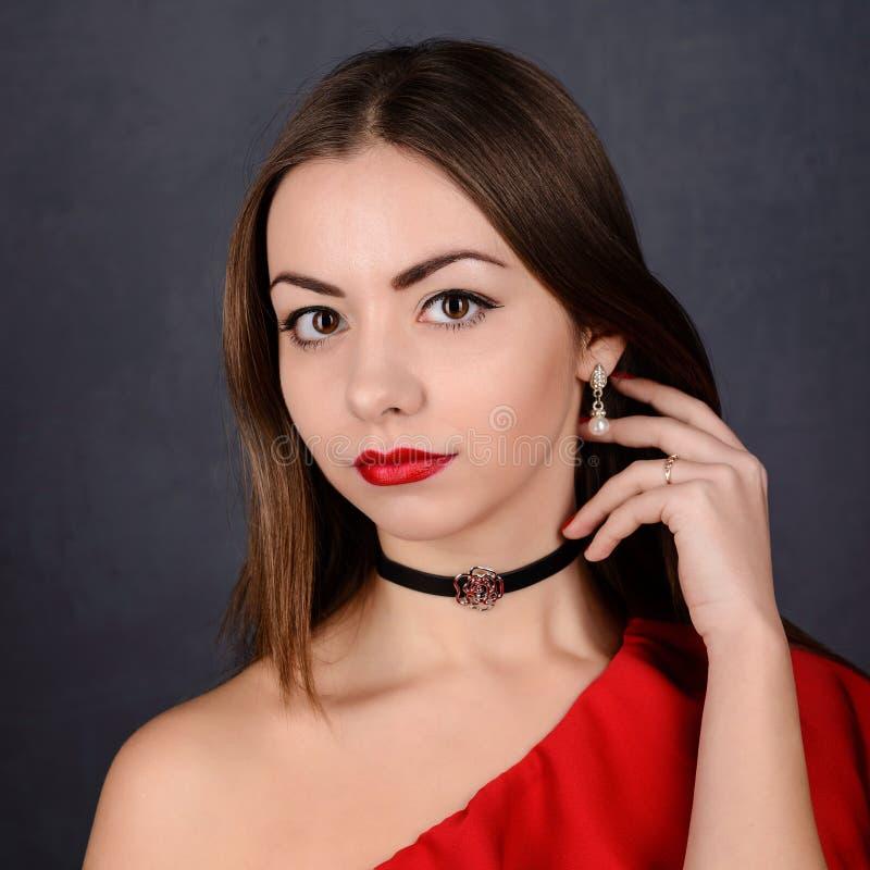 Menina 'sexy' bonita com os bordos vermelhos no vestido fotos de stock royalty free
