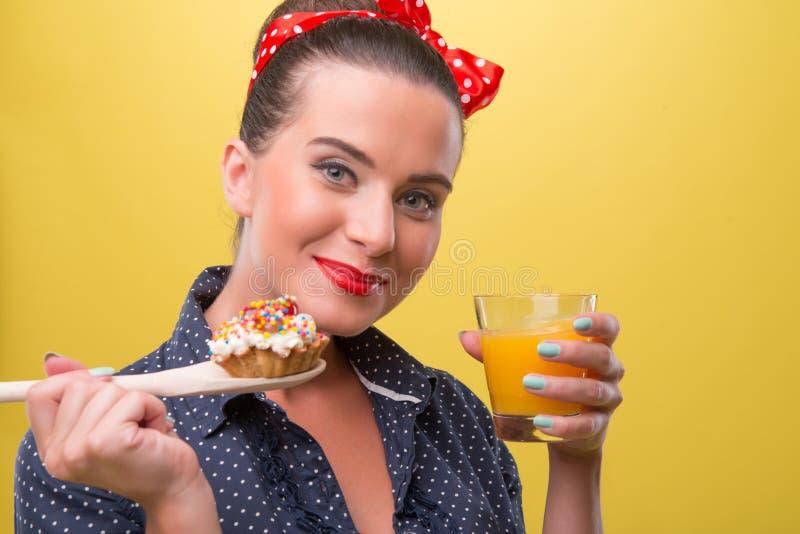 Menina 'sexy' bonita com sorriso e polca bonitos imagem de stock royalty free