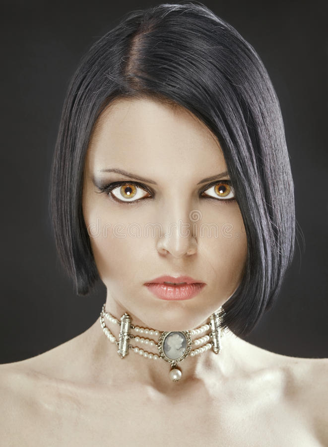 Menina 'sexy' bonita com um prumo à moda do corte de cabelo fotos de stock