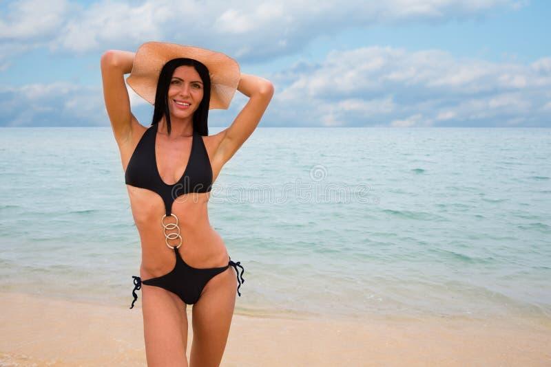Menina 'sexy' bonita nova no roupa de banho preto imagens de stock royalty free
