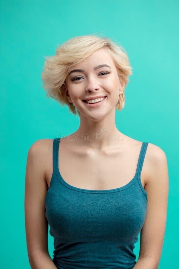 Menina 'sexy' com cabelo justo curto com expressão positiva imagem de stock royalty free