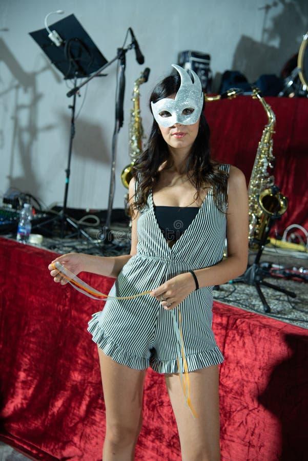 Menina 'sexy' com máscara branca do carnaval fotos de stock