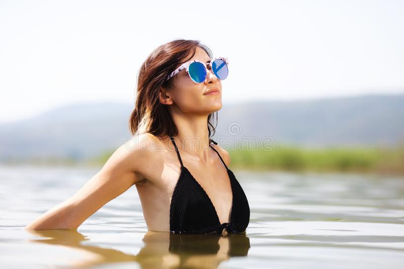 Menina 'sexy' com vidros na água fotos de stock royalty free