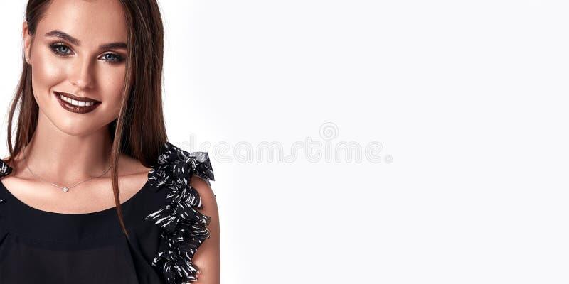A menina 'sexy' do encanto do retrato veste bonito na moda da blusa de seda fotos de stock