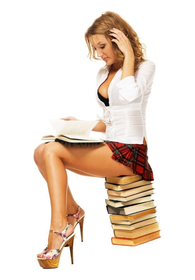 Menina 'sexy' do estudante com uma pilha de livros foto de stock royalty free