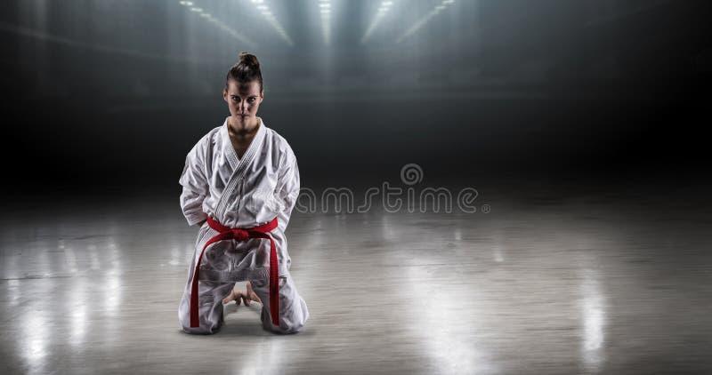 A menina 'sexy' em um karaté do quimono exulta a vitória imagens de stock