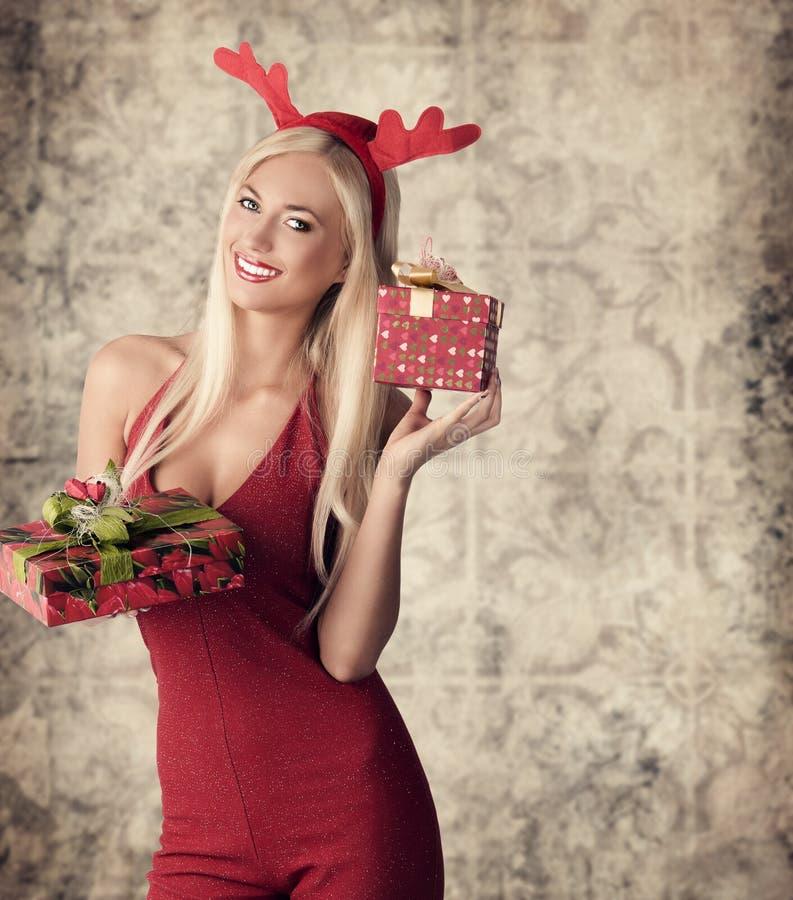 Menina 'sexy' feliz do xmas fotografia de stock royalty free