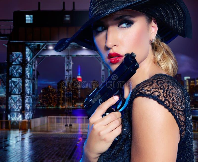 Menina 'sexy' loura com estilo do gângster da pistola do revólver foto de stock royalty free