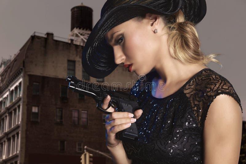 Menina 'sexy' loura com estilo do gângster da pistola do revólver fotos de stock