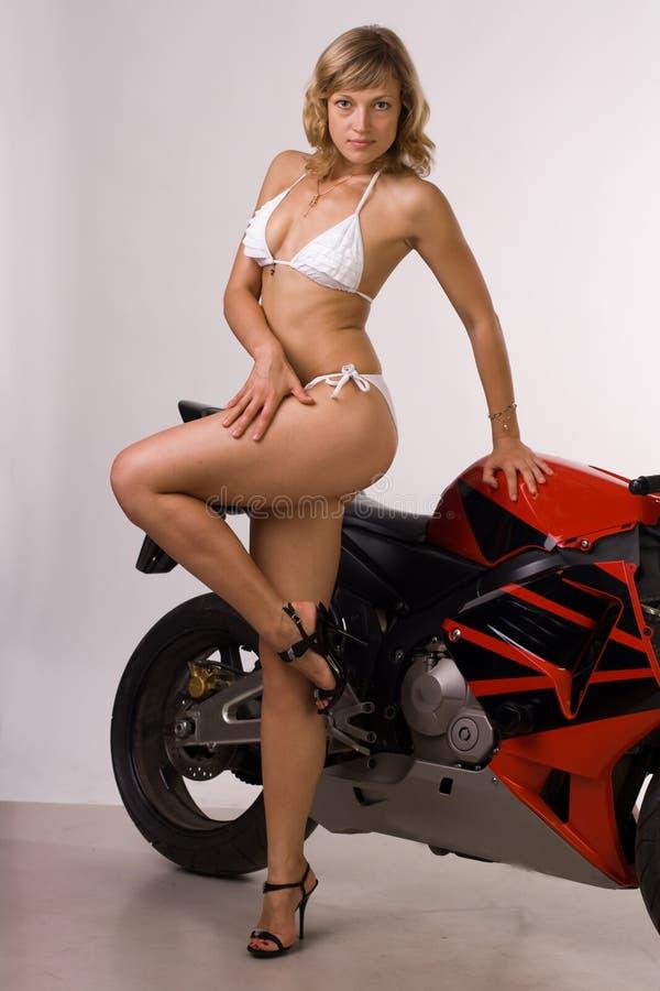 Menina 'sexy' no velomotor fotos de stock
