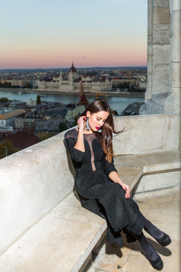 Menina 'sexy' no vestido elegante Menina com composição do encanto Opinião da cidade com a princesa no estilo da celebridade Form fotografia de stock royalty free