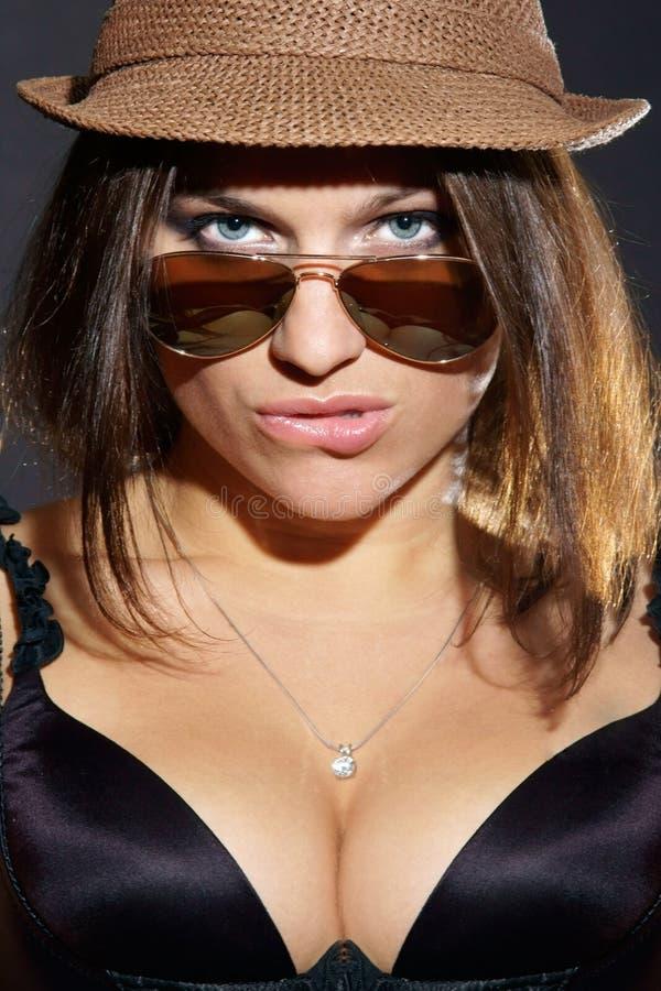 Menina 'sexy' nos óculos de sol e no chapéu fotos de stock royalty free