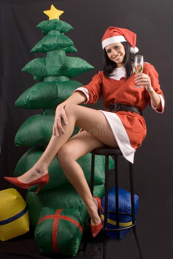 Menina 'sexy' nova de Papai Noel no fundo preto fotografia de stock royalty free