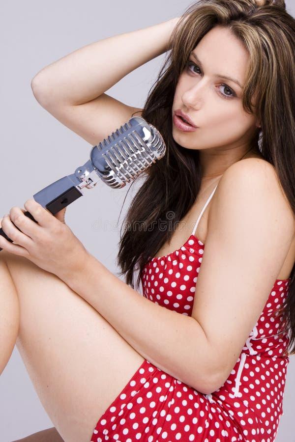 Menina 'sexy' que canta no mic retro imagens de stock royalty free