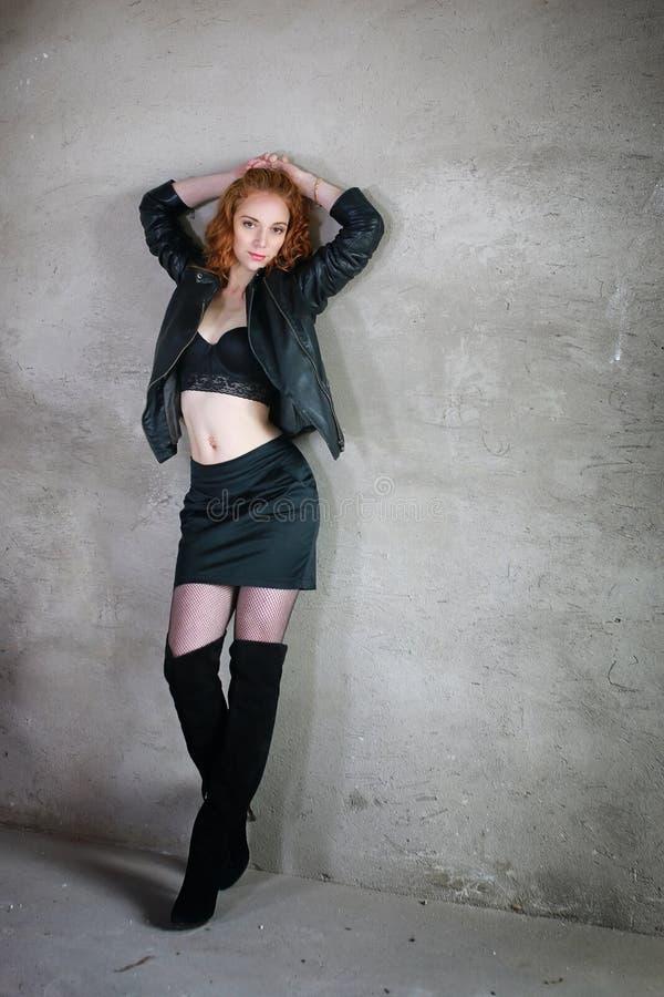Menina 'sexy' que está contra a parede foto de stock
