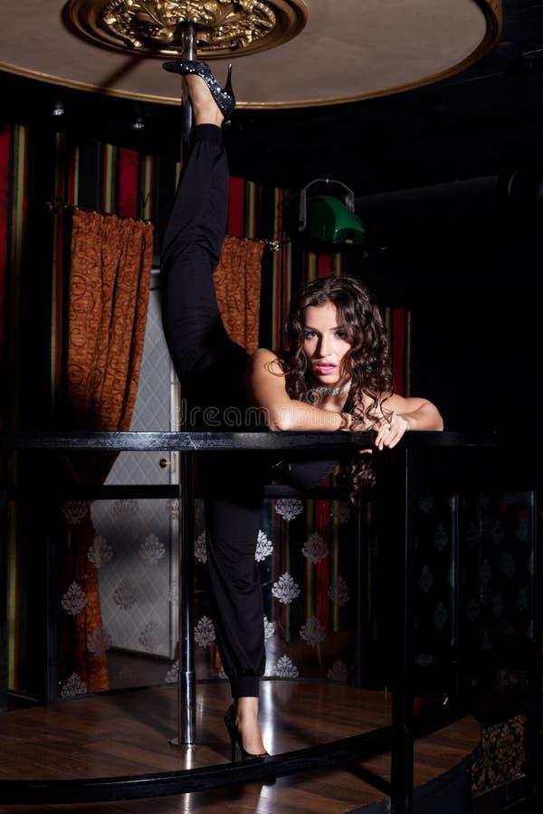 Menina 'sexy' que faz o split na dança do pólo foto de stock