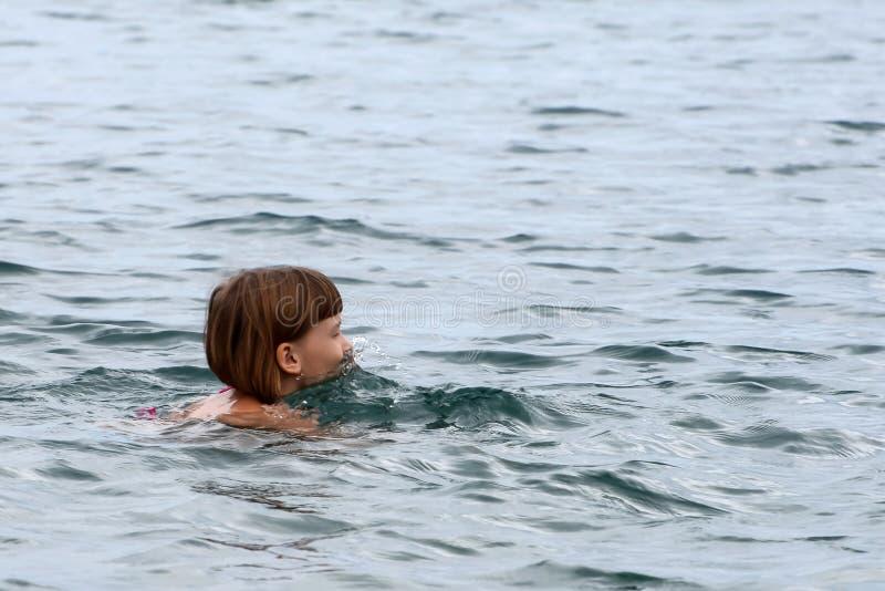 Menina sob a água fotos de stock royalty free