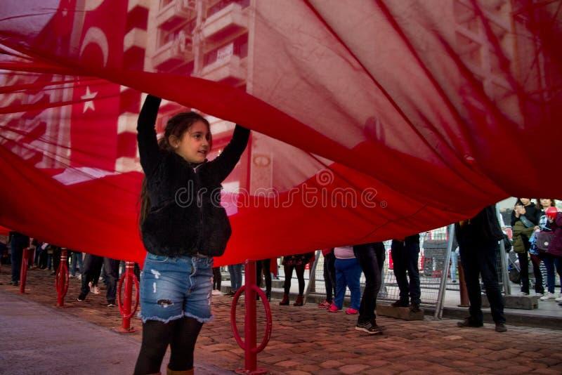 Menina sob a bandeira turca vermelha enorme fotos de stock