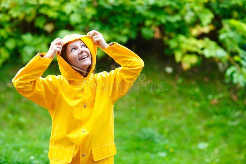 Menina sob a chuva imagem de stock