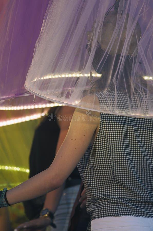 Menina sob o abajur translúcido com iluminação da noite imagem de stock