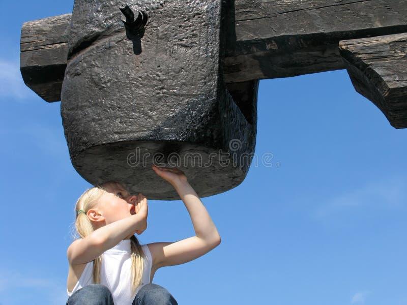 Menina sob o grande martelo imagens de stock