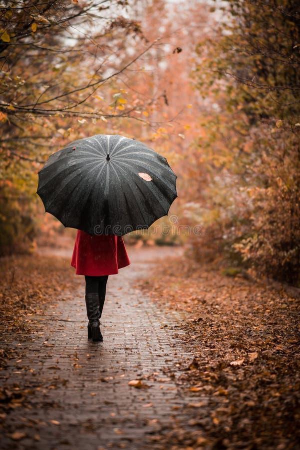 A menina sob o guarda-chuva imagens de stock royalty free