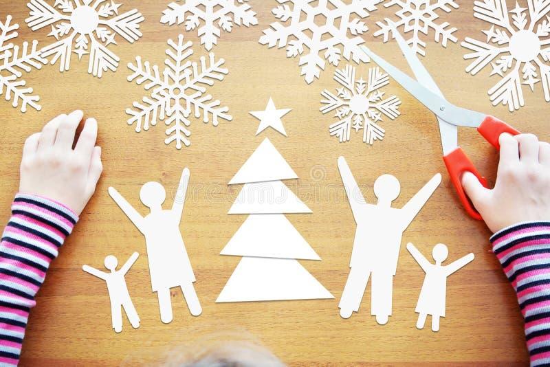 A menina sonha sobre feriados de inverno junto com a família completa imagem de stock royalty free