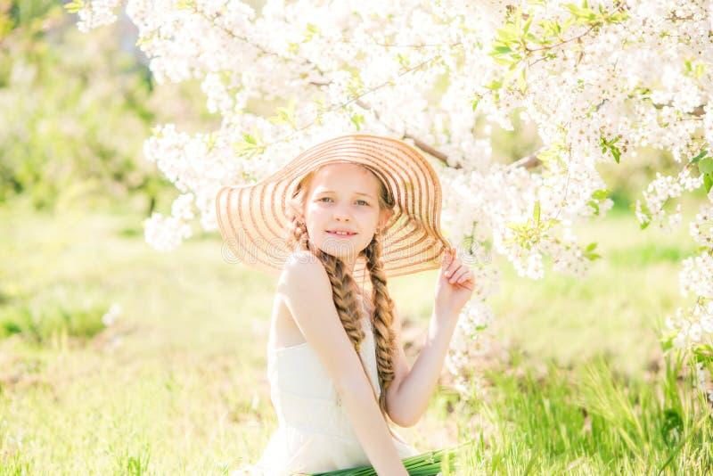 Menina sonhadora da criança da criança do ute do ¡ de Ð que anda no jardim de florescência da mola imagem de stock