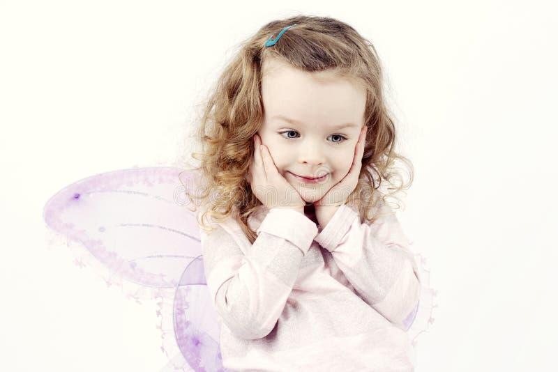 Menina sonhadora pequena com asas da borboleta fotos de stock royalty free
