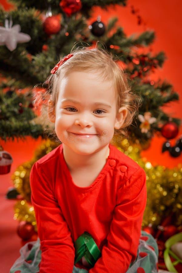 Download A Menina Sorri Na árvore De Natal Foto de Stock - Imagem de christmas, dezembro: 80101610
