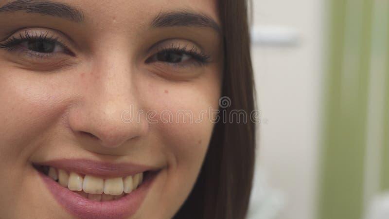A menina sorri nos termas foto de stock