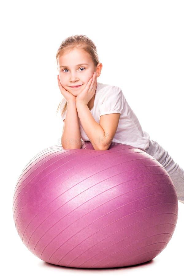 Menina Sportive em uma bola do ajuste fotos de stock royalty free