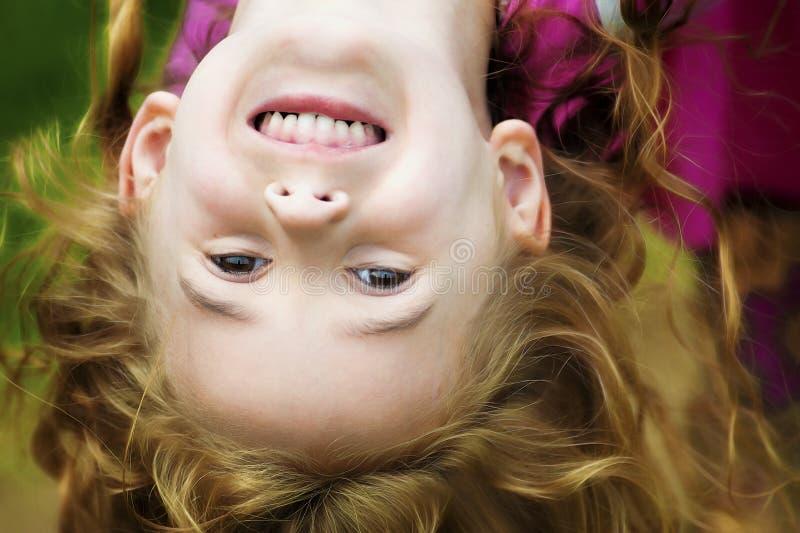 Menina sua suspensão da cabeça de cabeça para baixo imagens de stock