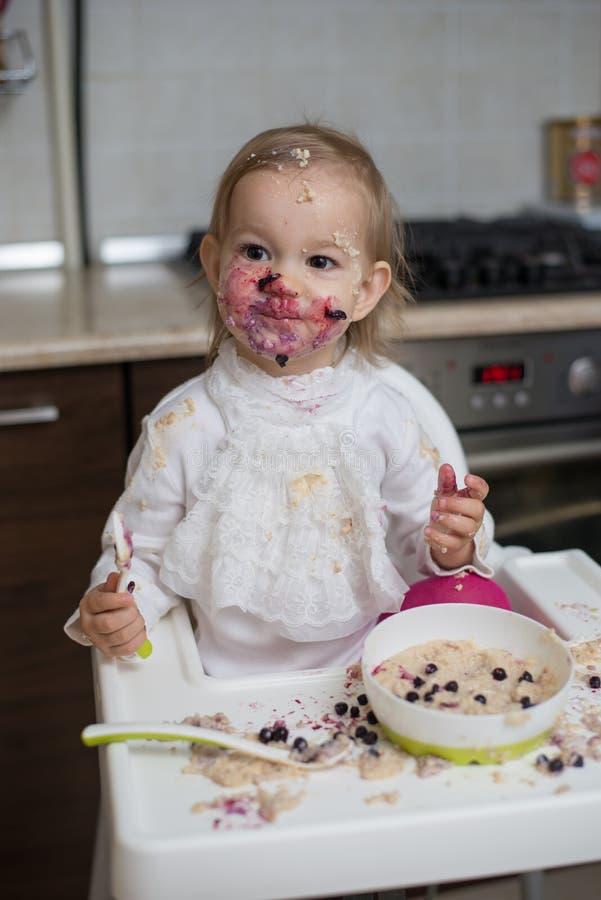 Menina suja bonito que come o papa de aveia saudável imagem de stock royalty free