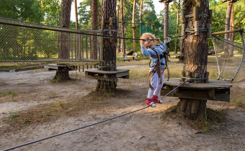A menina supera obstáculos fotografia de stock royalty free