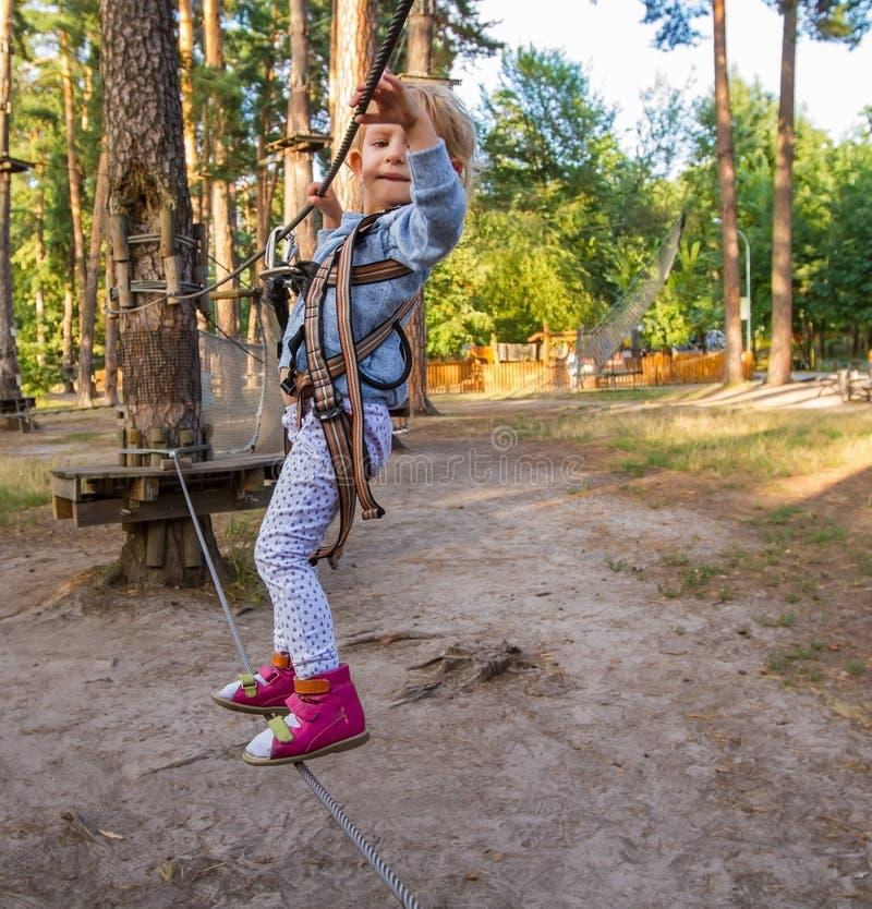 A menina supera obstáculos fotos de stock royalty free