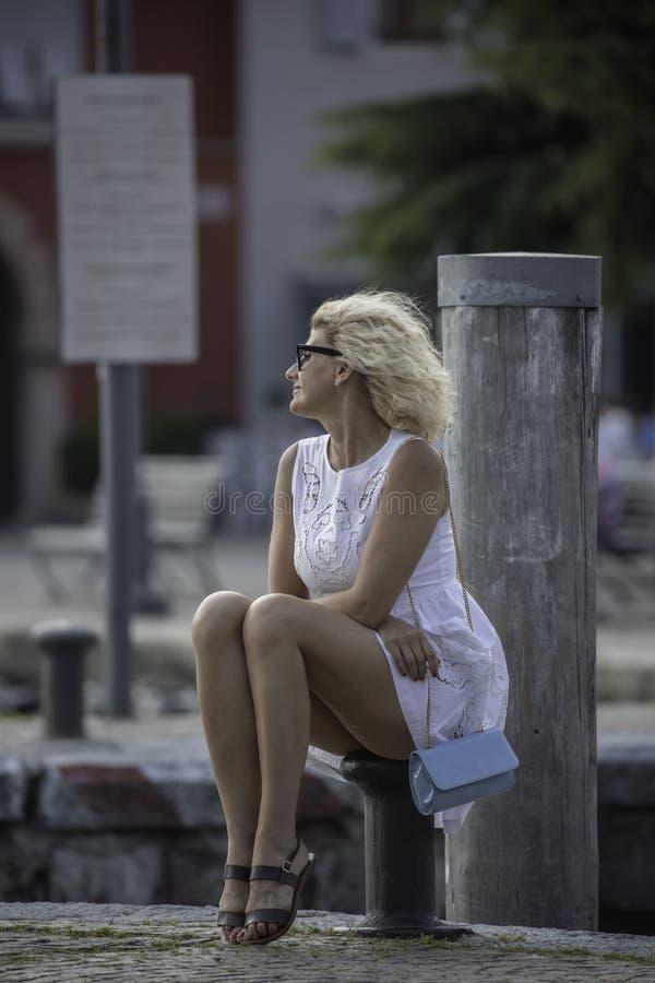 A menina surpreendente está olhando na distância fotografia de stock royalty free