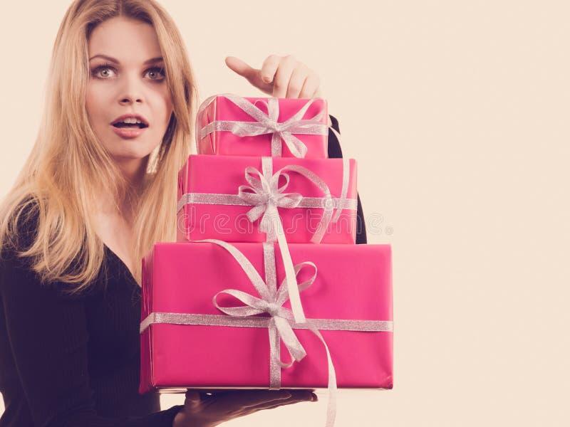 Menina surpreendida com caixas de presente cor-de-rosa imagens de stock royalty free