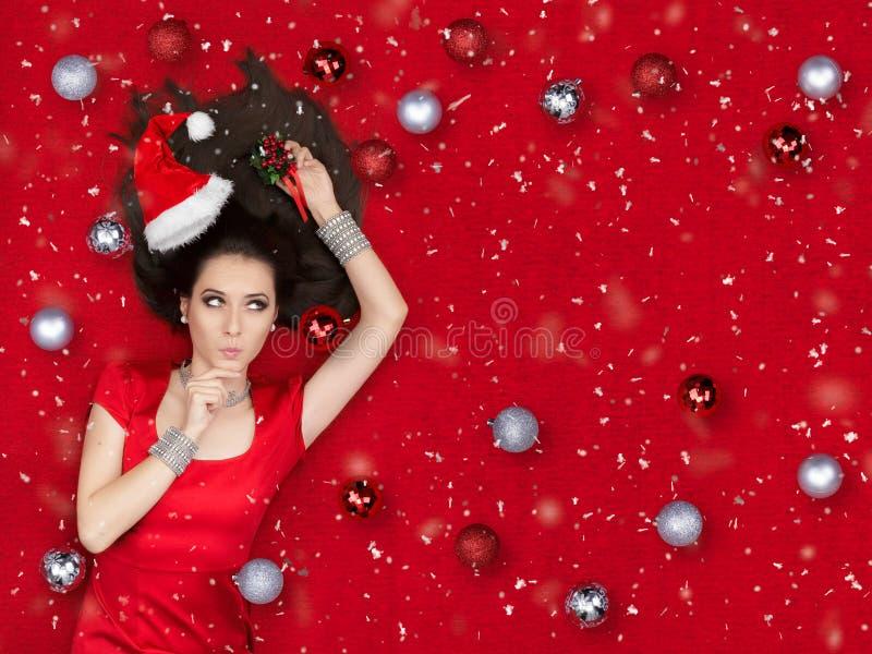 Menina surpreendida do Natal que guarda um visco fotografia de stock royalty free