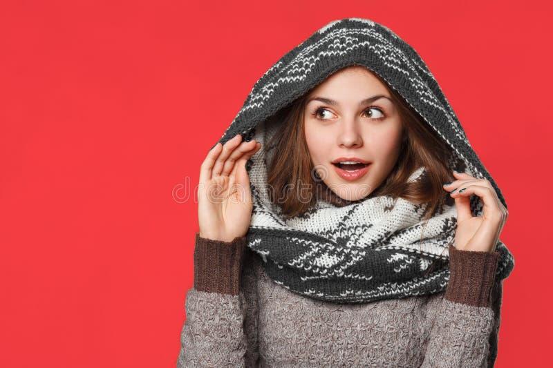 Menina surpreendida do Natal que veste o lenço feito malha do desgaste Menina de sorriso bonita entusiasmado, conceito do inverno fotos de stock