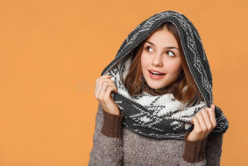 Menina surpreendida do Natal que veste o lenço feito malha do desgaste Menina de sorriso bonita entusiasmado, conceito do inverno imagens de stock royalty free