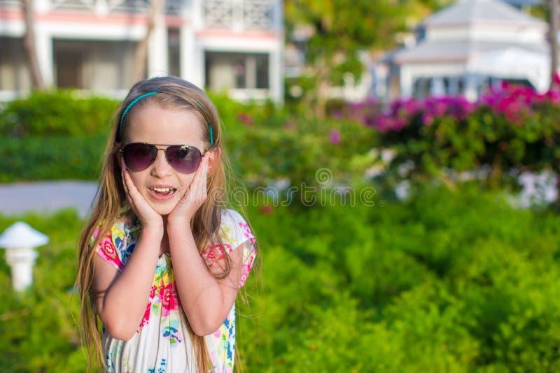 Menina surpreendida em férias de verão fotos de stock royalty free