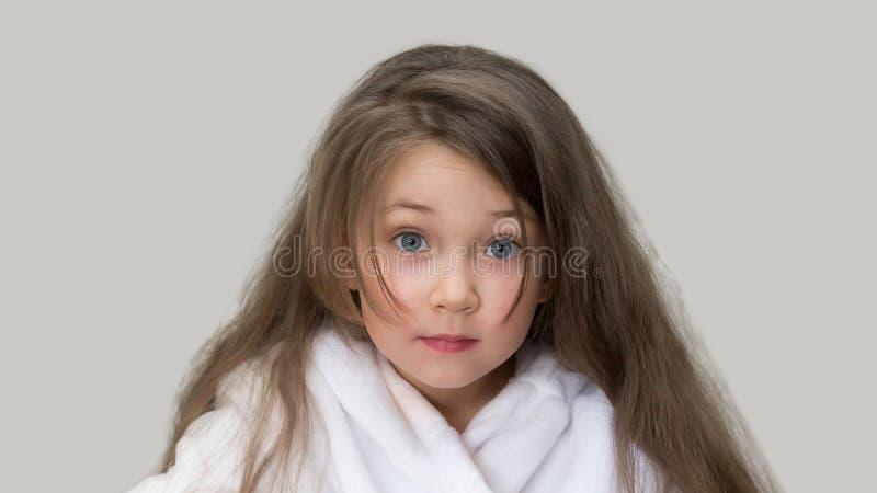 Menina surpreendida em um revestimento branco foto de stock