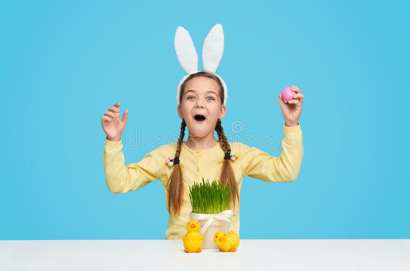 Menina surpreendida nas orelhas do coelho que comemora a Páscoa fotos de stock royalty free